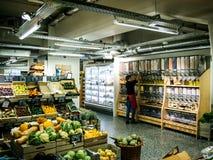 Trabalhador dentro da loja interior que vende bio produtos orgânicos imagens de stock royalty free