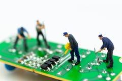 Trabalhador diminuto que repara o mainboard, o computador claro do vírus e o conceito do reparo, da segurança e da tecnologia imagem de stock royalty free