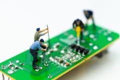 Trabalhador diminuto que repara o mainboard, o computador claro do vírus e o conceito do reparo, da segurança e da tecnologia fotografia de stock royalty free