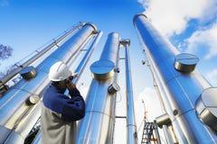 Trabalhador do óleo com tubulações de petróleo e gás fotografia de stock