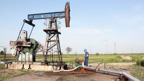 Trabalhador do óleo no campo petrolífero vídeos de arquivo