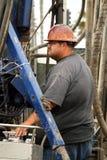 Trabalhador do óleo no poço de petróleo que abandona o estaleiro foto de stock