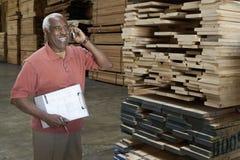 Trabalhador do armazém em uma chamada foto de stock royalty free