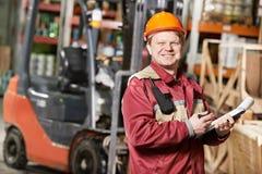 Trabalhador do armazém na frente da empilhadeira Imagens de Stock Royalty Free