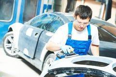 Trabalhador do auto mecânico que lustra o carro abundante Imagem de Stock Royalty Free