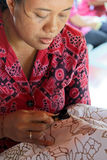 Trabalhador do Batik imagem de stock
