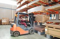 Trabalhador do carregador do forklift do armazém Foto de Stock