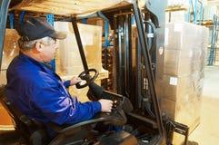 Trabalhador do carregador do Forklift no armazém fotografia de stock