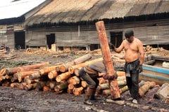 Trabalhador do carvão vegetal de madeira dos manguezais Imagem de Stock Royalty Free