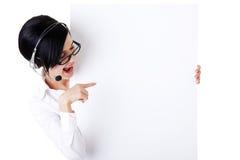 Trabalhador do centro de chamadas que prende a placa em branco do sinal Foto de Stock Royalty Free