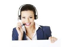 Trabalhador do centro de chamadas que prende a placa em branco do sinal Imagens de Stock