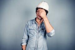 Trabalhador do colarinho azul que cobre sua cara imagens de stock royalty free