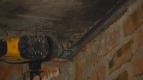 Trabalhador do construtor com broca de martelo pneumático video estoque
