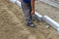 Trabalhador do construtor com fita de medição Fotografia de Stock