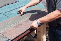 Trabalhador do construtor do Roofer que instala telhas do telhado Imagem de Stock Royalty Free