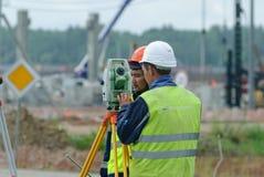 Trabalhador do construtor do topógrafo com teodolito Fotos de Stock