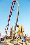 Trabalhador do construtor no trabalho de derramamento concreto Imagem de Stock Royalty Free