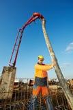Trabalhador do construtor no trabalho de derramamento concreto Fotografia de Stock Royalty Free