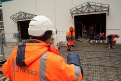 Trabalhador do construtor do topógrafo com teodolito Tobolsk foto de stock royalty free