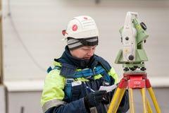 Trabalhador do construtor do topógrafo com teodolito Tobolsk fotografia de stock