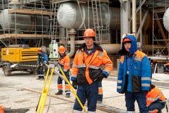 Trabalhador do construtor do topógrafo com teodolito Tobolsk foto de stock