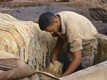 Trabalhador do curtume em C4marraquexe Fotografia de Stock