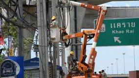 Trabalhador do eletricista do sistema bonde de trabalho do reparo da autoridade metropolitana da eletricidade video estoque