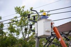 Trabalhador do eletricista do sistema bonde de trabalho do reparo da autoridade metropolitana da eletricidade na coluna da eletri fotos de stock royalty free