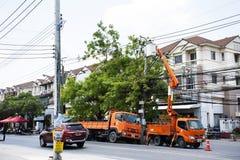 Trabalhador do eletricista do sistema bonde de trabalho do reparo da autoridade metropolitana da eletricidade na coluna da eletri foto de stock