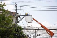 Trabalhador do eletricista do sistema bonde de trabalho do reparo da autoridade metropolitana da eletricidade na coluna da eletri imagem de stock royalty free
