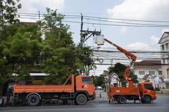 Trabalhador do eletricista do sistema bonde de trabalho do reparo da autoridade metropolitana da eletricidade na coluna da eletri imagem de stock