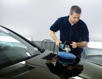 Trabalhador do homem em uma lavagem de carros Fotos de Stock