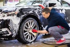 Trabalhador do homem em uma lavagem de carros Foto de Stock