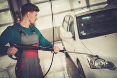 Trabalhador do homem em uma lavagem de carros Imagens de Stock Royalty Free