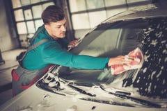 Trabalhador do homem em uma lavagem de carros Imagem de Stock