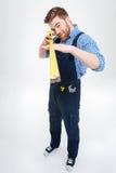 Trabalhador do homem que está e que usa a fita de medição Fotografia de Stock Royalty Free