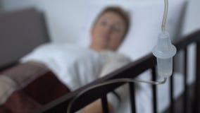 Trabalhador do hospital girar-no contador da gota e no paciente fêmea de apoio, injeção video estoque