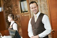 Trabalhador do hotel na recepção Imagens de Stock