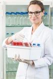 Trabalhador do laboratório que guarda a caixa Imagens de Stock