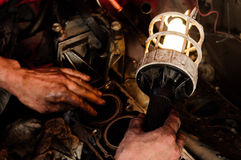 Trabalhador do mecânico que inspeciona o carro Imagem de Stock