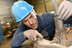 Trabalhador do metal que usa máquinas Imagens de Stock