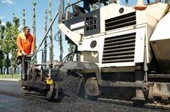 Trabalhador do Paver em trabalhos de asfaltagem foto de stock royalty free