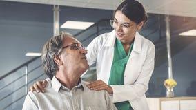 Trabalhador do setor da saúde que fala ao paciente fotos de stock royalty free