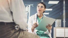 Trabalhador do setor da saúde que toma notas do paciente masculino fotos de stock royalty free