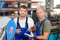 Trabalhador dois na fábrica imagem de stock
