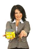 Trabalhador dos bens imobiliários que oferecem para casa e chaves imagem de stock