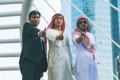 Trabalhador dos homens de negócios do homem de negócios e do árabe no canteiro de obras Imagem de Stock