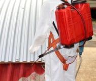Trabalhador durante a remediação do asbesto do telhado Fotos de Stock Royalty Free