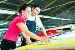 Trabalhador e costureira em uma fábrica fotos de stock