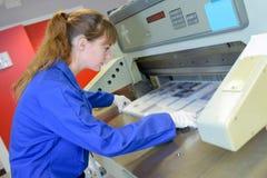 Trabalhador e máquina de impressão fotografia de stock royalty free